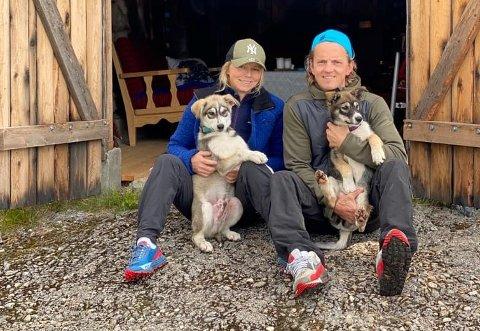 HUNDEGLEDE: Eirin Heiberg og Jan Kåre Heiberg driver med hundekjøring med Alaska Huskyer. Her er de foran båtnaustet på hytta si i Dokkfløy. Valpene Stripa og Lady er med.