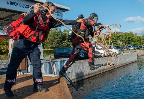 ØVELSE: Her hopper dykker Lars Opsahl i vannet mens linemann Edvard Vedøe er klar til å bistå under en søksøvelse.