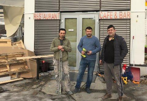 FLYTTER INN: Ahmed Suleyman (f.v), Øner Øzturk og Aydin Unal har mye å gjøre om dagen. De holder på å pusse opp Skifer Kafé på Fagernes, for om ikke lenge flytter Tasty House inn.