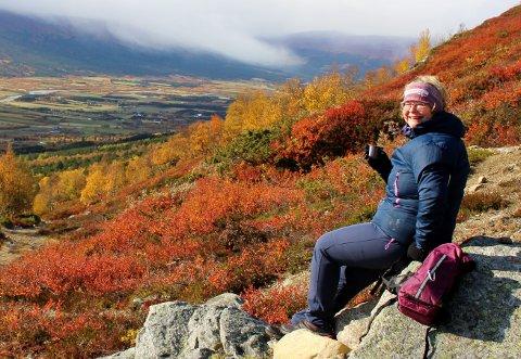Anne Paulsen er veldig glad i naturen, og nyter fjellet i nærområdet når formen tillater det. Dette bildet er tatt på veg opp til Tussheim i Lesja.