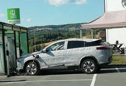 TESTBIL: Dette er antagelig en av markedets kommende elbiler. Fredag ble den observert i Hov.