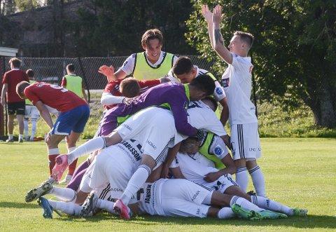 JUBELBERG: En haug med SK Gjøvik-Lyn-spillere kastet seg oppå matchvinner Arne Ravndal etter 1-0-scoringen langt på overtid mot Fu/Vo.