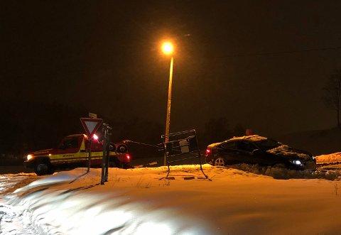 GLATT: En bilist kjørte i grøfta på vei opp Sundbybakken fredag kveld.