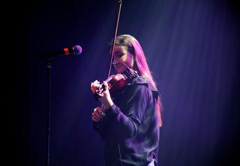 EGET: Kristine Emilie Krüger har tidligere imponert med egenkomponert musikk, sang og fiolin. Nå gir hun ut sin første lå.
