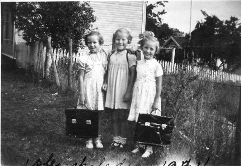 FØRSTE SKOLEDAG: Noen ting forandrer seg aldri. Som den aller første skoledagen. Her er tre spente og forventningsfulle små jenter på vei til sin første skoledag på Langestrand skole høsten 1944. Fra venstre: Edle Mathisen (f. Olsen), Astrid Hvaara (f. Bjerkholt Johannesen) og Inger Johanne Brobakken (f. Bjørndal).