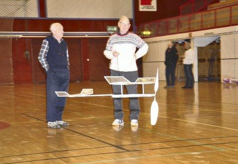 EN STRIKK: Ole Torgersen til venstre og Tor Botne til høyre holder nøye orden på tiden som flyet holder seg i luften med bare en strikk. (Foto: Terje Hylen)