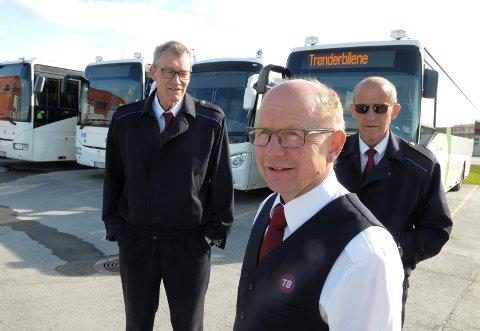 TOMME BUSSER: Sjåførene Jørgen Strømhaug (foran), Jon Tolgensbakken (bak til venstre) og Jon Egil Elg ved Trønderbilene på Tynset er lite imponert over pålegget fra fylkesrådet til Hedmark Trafikk.