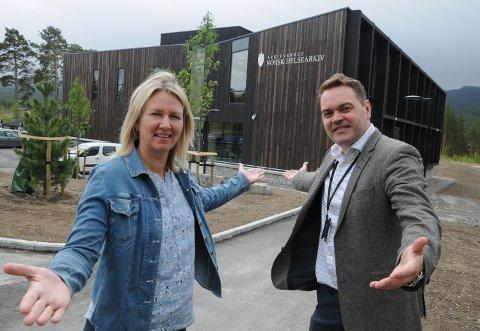 STORSLÅTT ÅPNING:  Ordfører Merete Myhre Moen og direktør Bjørn Børresen oppfordrer folk til å komme på åpningen av Norsk helsearkiv på Tynset tirsdag.