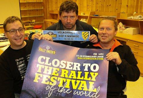 TIL SVERIGE: Leder i KNA Solør Motorsport, Stig Johansen, i midten, tar med seg sitt mannskap, blant dem Håvard Udnæseth, til venstre, og Roar Sæther til Sverige for å avvikle en etappe i svenske grensestrøk.
