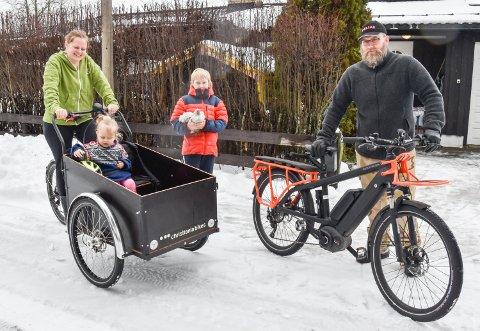 DET BESTE KLIMATILTAKET: Marthe (37) og Tore (39) Svendsen Aune kjøpte hver sin transportsykkel. Det er de fornøyd med. Embla (2) og Torgrim (11) med høna Chickolina liker også å sykle.
