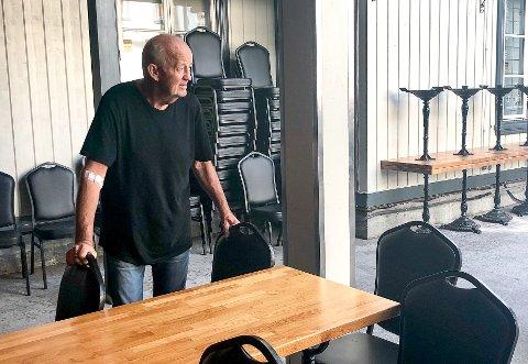 DYSTRE UTSIKTER: – Jeg akter å ta vare på stedet så lenge jeg kan, meddeler Kafe K-driver Ragnar Sande.