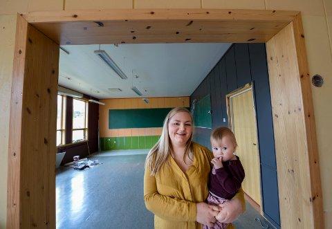 Melissa Helene Fredriksen Johansen og dattera Nelly kjøpte skolen i Konsvikosen for å bygge den om til leilighet.