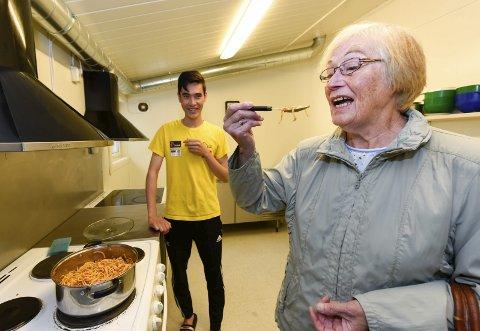SMAKSPRØVE: Olga Johnsen likte maten hun fikk servert av Mohammad Esmaili.