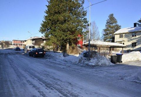 SKOLEGATA: Det hvite huset til høyre er tenkt revet for å gi plass til et rekkehus med seks leiligheter. Mot gata skal det plantes trær. Foto: Hugo Charles Hansen