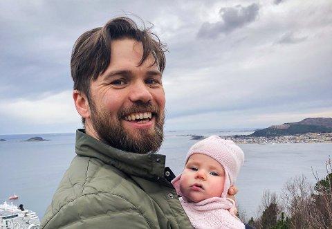 Brage Bang Bjørkmo, her med datteren Billie (4,5 måned) i bæreselen, har store planer for podkasten Snipp Snapp Snute.