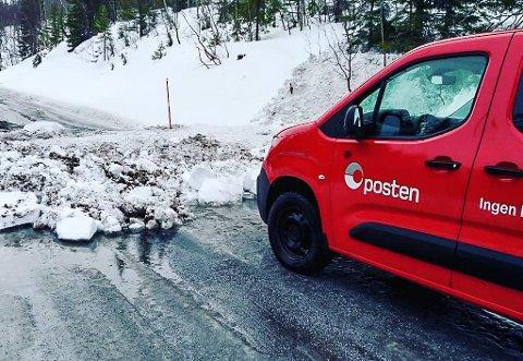 Postmann Andreas Aakervik venter på at veien skal ryddes etter et sørpeskred i retning av Varnträsk.