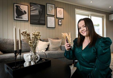 Andrea Adolfsen Saghei (23) og samboeren Vegard Rølvåg (22) flyttet inn i en enebolig på Fallheia i mars. Nå får 23-åringen leve ut interiørdrømmen i alle husets rom, samtidig som hun inspirerer andre gjennom Instagram-kontoen Sagheiinterior.