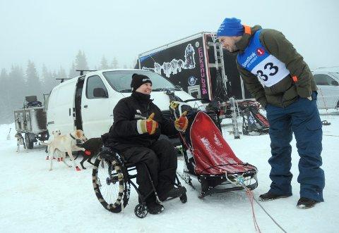LEGENDARISK: Taina Teräs (63) kræsjet med hundespann og brakk ryggen i 1996. Hun kjører stadig løp, men i helga var hun handler for Sigurd Erdal-Aase (til høyre) fra Mesnali.