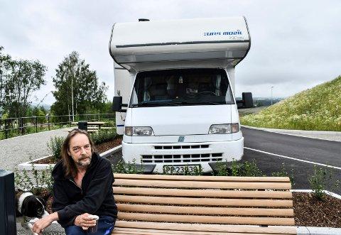 CAMPER PÅ SUKKERTOPPEN: Jan Otto Selhaug finner overnattingsplasser på måfå. Søndag til mandag overnattet han på rasteplassen i Brumunddal.