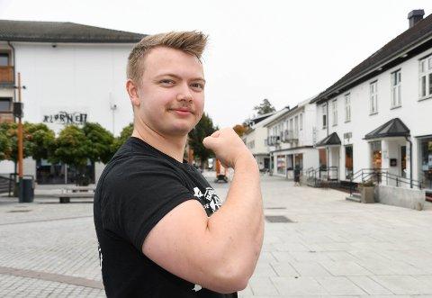 VISER MUSKLER: Vetle Skundberg fra Brumunddal ble nylig norsk mester.