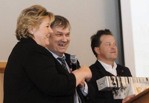Ros: Ordfører Kjell B. Hansen (Ap) var raus med godordene til statsminister Erna Solberg (H). Uavhengig av partifarge var det ikke vanskelig å få salen med på applausen.