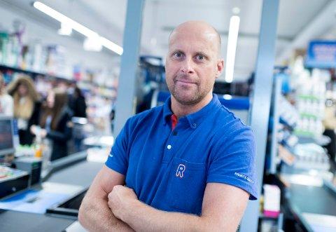 FÅR STØTTE: Kjøpmann Geir Ante Stepanenko på Rema 1000 i Osloveien.