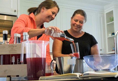 RØYSE BÆRPRESSERI: Cecilie Bjørnebye Jensen og Ingvild Collet-Hanssen bruker mye tid for å finne den beste smaken.