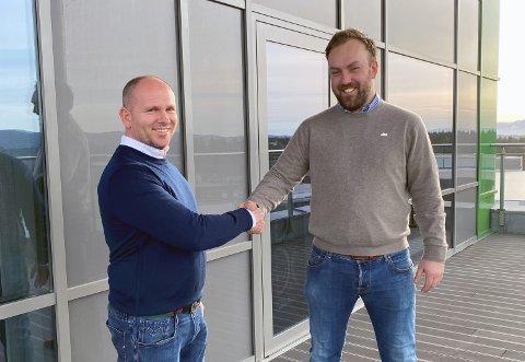 FORNØYDE: Både selger Johnny Karlsen og AKAs investeringssjef Hallvard Thoresen er godt fornøyde med avtalen.