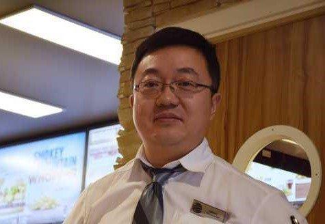 RESTAURANTEIER: Qiang Cheng har drevet flere restauranter i distriktet i mange år. Nå satser han i gågata.