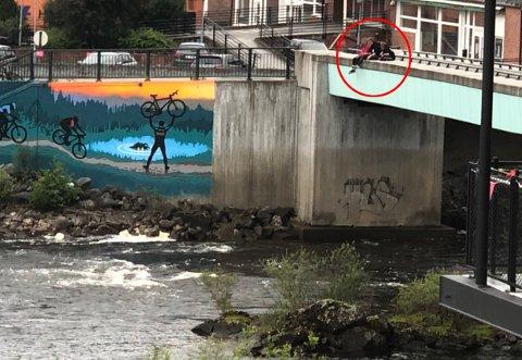 REAGERER: Tre ungdommer satte seg på rekkverket på gangbroen mellom Stormarkedet og Gledeshuset tirsdag kveld. Et øyenvitne reagerer på at voksne stoppet opp for å ta bilder av dem i stedet for å prate med ungdommene.