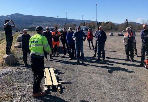 Morten Haugli instruerer dugnadsgjengen i bygging av prima kavlebruer.