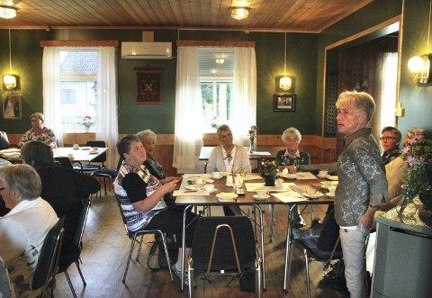 BRED STØTTE: Leder Wenche Smedsrud og styret fikk klar støtte for sitt forslag om avvikling. Bare Ingeborg Aarhus (nummer to fra høyre i bakgrunnen) stemte imot. Alle foto: Per Stokkebryn