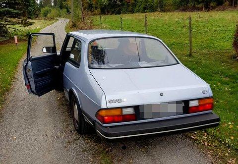 Tyvene forsvant fra stedet i denne eldre Saaben. Politiet ønsker tips hvis noen ser denne bilen.