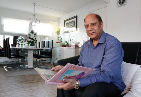 MIMRER: Ali Akhtar har spart på mange fotografier og avisutklipp fra årene på Romerike.