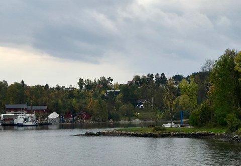 To boliger skal nå bygges 50 meter fra sjøen på eiendommen med det svartbeisede huset til høyre på bildet.