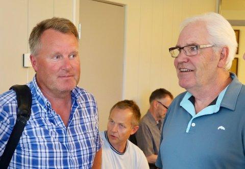FORTSETTER: Erling Nilsen fortsetter som leder av styret i Røykenbadet KF ut året. - Det er fornuftig, sier Børre Pettersen (t.h.).