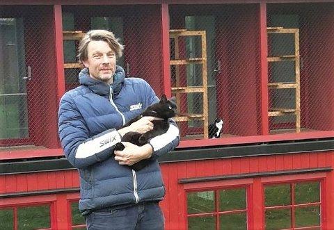 STILLE: Veterinær Fredrik Hanevold håper på å se flere firbente gjester i juleferien. Nå står de fleste burene tomme.