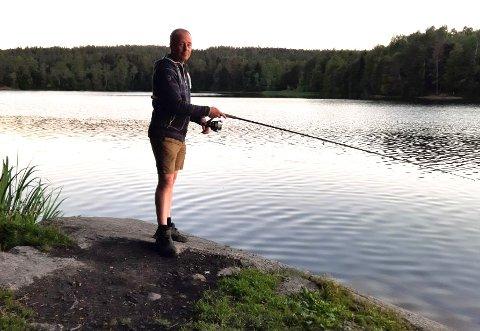 FORTVILET: Bjørn Erik Fosmo forklarer at ørreten er i ferd med å forsvinne fra vann i Asker, grunnet en glupsk fremmedart.