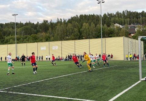 PUBLIKUM:  Over 80 fotballinteresserte hadde møtt opp for å se gutta spille.