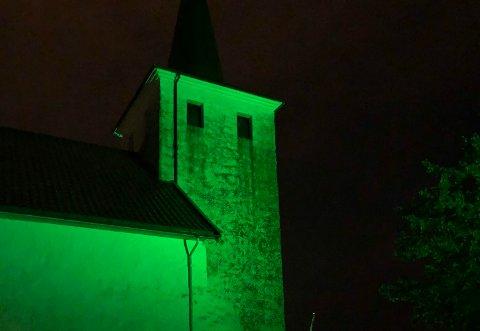 GRØNT: Skjee kirke prydes av et grønt lys denne uka.