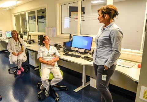 VARIERT: Pasienttrykket på legevakta varierer stort gjennom året. Tusenvis av telefoner fra pasienter og pårørende, samt mottak av pasienter som kommer, håndteres av blant andre sykepleierne Ellen Wegger (t.v.) og Eva Maria Rodrigues. – Vi ønsker at pasientene ringer oss først, sier enhetsleder Hanne Einhausen (t.h.). Bildet er tatt i november i fjor.