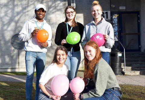 SATSER: Emmanuel Esema (bak f.v), Wilhelmine Enge Andersen, Carina Amalie Petersen, Maria Næss (nede f.v) og Hanna Larsen håper den digitale innsamlingen vil lykkes.