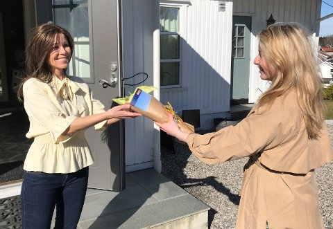 HILSEN: Camilla Skjelberg er ansatt i Jotun, og ble rørt og glad da hun fikk en blomsterbukett og hilsen fra arbeidsgiveren sin. Det er Ida Elise Andersen fra blomsterverkstedet Rubyelise som fikk oppdraget med å levere ut 1000 blomsterbuketter.