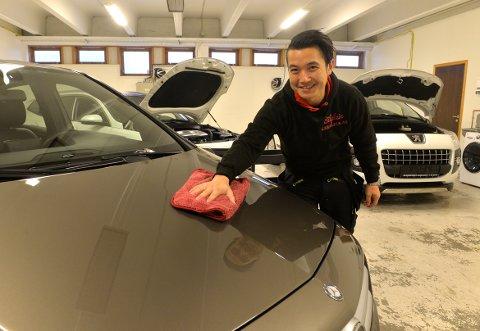 BILPLEIE: Nhut Nguyen har mye å gjøre og mange biler å pleie i sitt nystartede firma. Her vaskes og stelles en bil på oppdrag fra hans samarbeidspartner Bilkompaniet.