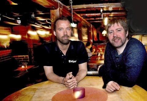 Jul på Dickens: Dickens-innehaver Jørgen Andersen (til venstre) og Jonas Groth skal sørge for julestemning.foto: Jarl M. Andersen