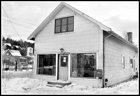 1977:. 1745 Skjeberg het det den gangen. Og alle i Stasjonsbyen hadde kort vei til postkontoret sitt. Dette lille bygget, som mest sannsynlig var kledd inn med asbestplater  - altså det som kaltes eternitt - ligger nå der fortsatt. Helt inntil jernbaneovergangen, nå med pen og ny trepanel. Når en ser bygget nå, 43 år senere, er jo faktisk dører og vinduer på samme sted. Hele Norges jernbaneforbindelse går jo et par tre meter fra husveggen her. Tenker nok at de som jobbet her hadde togtidene i hodet. Kunne jo skrevet side opp og ned , om hva som for eksempel har hendt akkurat her. E6 gikk jo her for opp til få tiår siden. Skjeberg kommune med lokaler, lokalbank, flere butikker,kiosker, bibliotek. Det var jo rett og slett en fin liten «landsby».