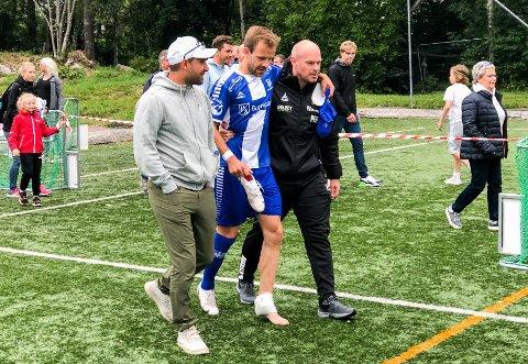Nicolai Næss måtte hjelpes av banen etter bortekampen mot Nordstrand på søndag.