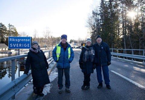 MØTE PÅ BRUA: (F.v) Vigdis Yttervik, Bjørn Yttervik, Kari Stenseth og Paul Brand synes at svenske myndigheter overdriver når de stenger grensa inn til Sverige.