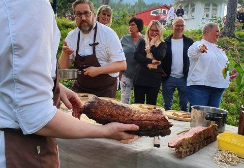 LIKE FØR SERVERING: Gjestene starta etegildet inne i restauranten, men enda i hagen då kjøtet skulle smakast.