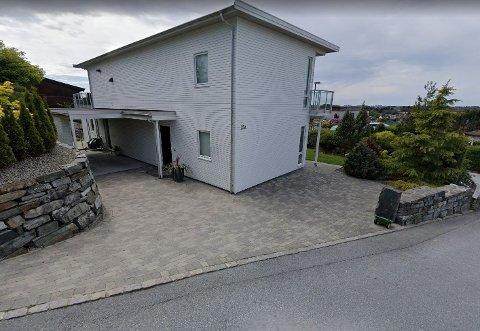 Dette huset og tomten i Vardevegen 15A ligger ute til over 7,5 millioner kroner.